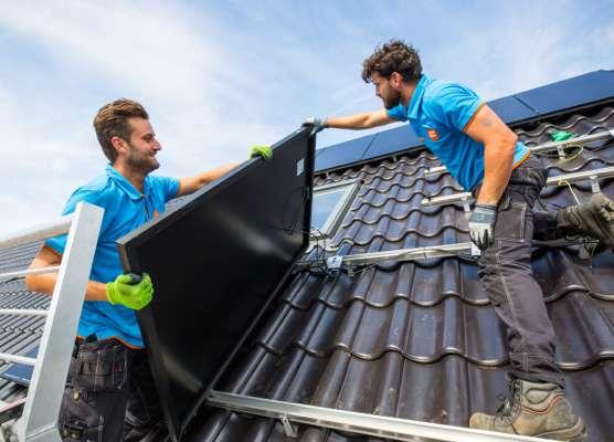 Coolblue installateurs op het dak