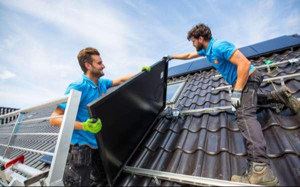 Twee Coolblue installateurs leggen zonnepanelen